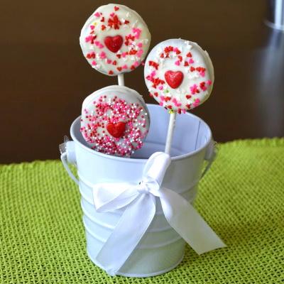 Oreo pops for Valentines Day treats.